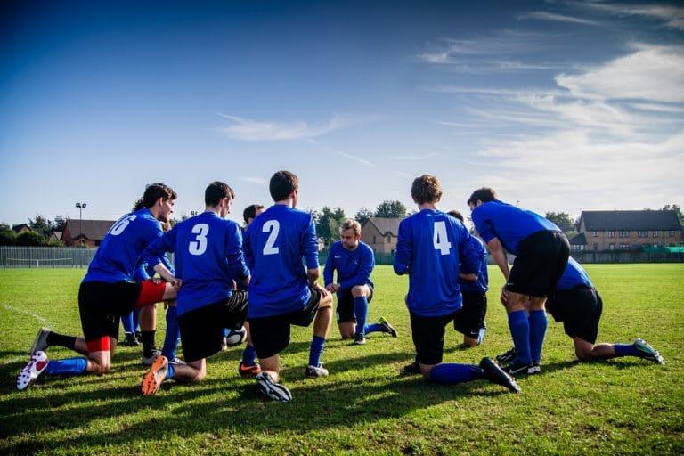 Quel est l'équipement de base des joueurs de football ?